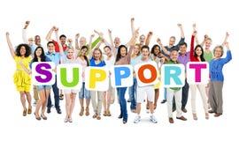 Grupo de braços Multi-étnicos aumentados e que guardam cartazes Imagens de Stock Royalty Free