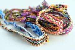 Grupo de braceletes tecidos naturais caseiros feitos a mão da amizade isolados no fundo branco Imagem de Stock Royalty Free