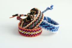 Grupo de braceletes tecidos naturais caseiros feitos a mão da amizade isolados no fundo branco Foto de Stock Royalty Free