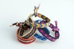 Grupo de braceletes tecidos naturais caseiros feitos a mão da amizade isolados no fundo branco Fotos de Stock