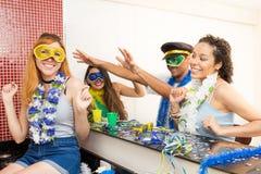 Grupo de brasileños que llevan el vestido de lujo en el partido de Carnaval Frien Imagenes de archivo