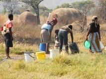 Grupo de busca africana rural das mulheres Fotografia de Stock Royalty Free