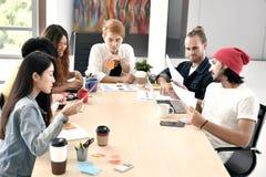 Grupo de businesspersons jovenes foto de archivo libre de regalías