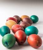 Grupo de cáscaras de huevo teñidas de Pascua en un bacground blanco Imagen de archivo