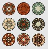 Grupo de círculos modelados geométricos no estilo étnico tradicional Decoração para o projeto da cerâmica Foto de Stock