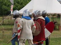 Grupo de caballeros con los cascos de plata y de escudos listos para Battl imagen de archivo libre de regalías