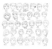 Grupo de cabeças handdrawn das meninas o penteado 33 diferente, sorrindo enfrenta, com acessórios, chapéus, orelhas de gato, fone ilustração stock