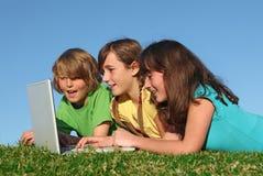 Grupo de cabritos con la computadora portátil Fotografía de archivo libre de regalías