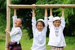 Grupo de cabritos felices al aire libre imagenes de archivo
