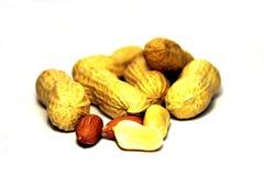 Grupo de cacahuetes en el fondo blanco fotografía de archivo