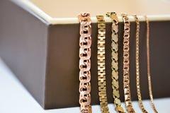 Grupo de cadenas del oro en el fondo blanco foto de archivo libre de regalías
