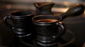 Grupo de café Cezve da argila e dois copos com cozinhar o coffe filme