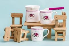 Grupo de café colorido decorativo da porcelana no fundo azul fotos de stock