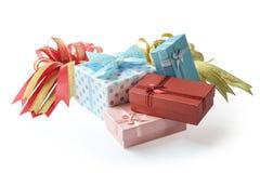 Grupo de caixas de presente com a fita e a curva isoladas no branco Imagem de Stock Royalty Free