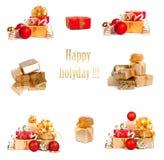 Grupo de caixas de presente festivas douradas com as bolas do Natal no fundo isolado Foto de Stock