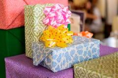 Grupo de cajas de regalo con un arco de la cinta Fotografía de archivo