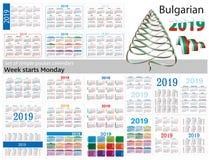 Grupo de calendários simples do bolso para 2019 dois mil dezenove A semana começa segunda-feira Tradução do búlgaro - Foto de Stock Royalty Free