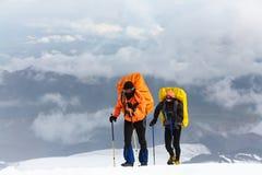 Grupo de caminantes en la montaña Fotos de archivo