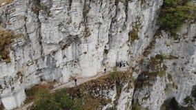 Grupo de caminantes en la montaña grande en Grecia metrajes