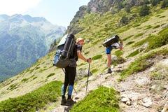 Grupo de caminantes en la montaña Imagenes de archivo