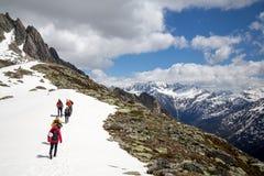 Grupo de caminantes en las montañas suizas Imagen de archivo