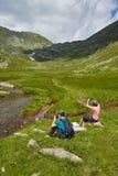 Grupo de caminantes en un rastro de montaña Imágenes de archivo libres de regalías