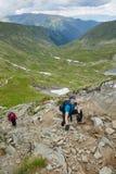 Grupo de caminantes en un rastro de montaña Imagen de archivo