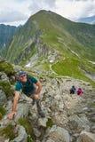 Grupo de caminantes en un rastro de montaña Foto de archivo libre de regalías