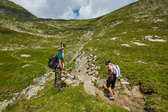 Grupo de caminantes en un rastro de montaña Imagen de archivo libre de regalías