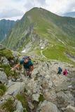 Grupo de caminantes en un rastro de montaña Fotografía de archivo