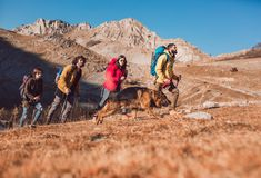 Grupo de caminantes que caminan en una montaña fotografía de archivo