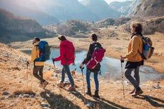 Grupo de caminantes que caminan en una montaña en el día del otoño fotografía de archivo