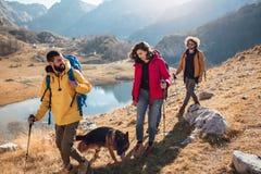 Grupo de caminantes que caminan en una montaña en el día del otoño imagen de archivo