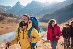 Grupo de caminantes que caminan en una montaña en el día del otoño fotos de archivo