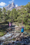 Grupo de caminantes que pasan el río fotografía de archivo libre de regalías