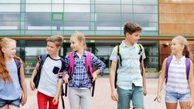 Grupo de caminar feliz de los estudiantes de la escuela primaria metrajes