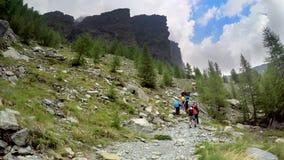 Grupo de caminhantes em caminhar a expedição nos cumes Fotografia de Stock