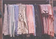 Grupo de camisa colorida no gancho na loja da forma imagem de stock royalty free