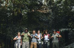 Grupo de campistas diversos felizes fotografia de stock