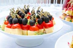 Grupo de canapes deliciosos com queijo, tomates de cereja e azeitona Imagem de Stock Royalty Free