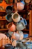 Grupo de canecas cerâmicas em um mercado Fotografia de Stock Royalty Free