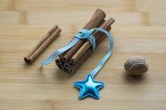Grupo de canela atado con el arco azul claro a cuadros, estrella azul Imagen de archivo libre de regalías