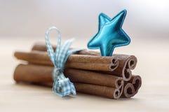 Grupo de canela atado con el arco azul claro a cuadros, estrella azul Fotos de archivo libres de regalías