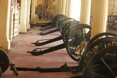 Grupo de canhões colocados em ordem no corredor imagens de stock
