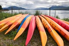 Grupo de canoas en una playa Imagen de archivo libre de regalías