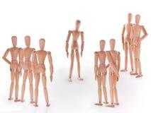 Grupo de caráteres de manequim de madeira que estão ao redor um imagem de stock royalty free
