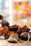 Grupo de caramelos apilados en el primer c vertical de la tela del mantel Foto de archivo libre de regalías