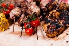 Grupo de carne grelhada na placa de madeira Foto de Stock Royalty Free