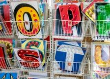 Grupo de cartões coloridos do alfabeto nas cestas Imagem de Stock