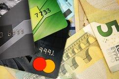 Grupo de cartões de crédito coloridos no fundo das cédulas da União Europeia Foto de Stock Royalty Free